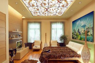 Комбинированный потолок с витражной вставкой