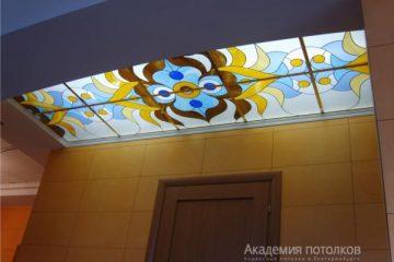 Витражный потолок с золотыми вставками