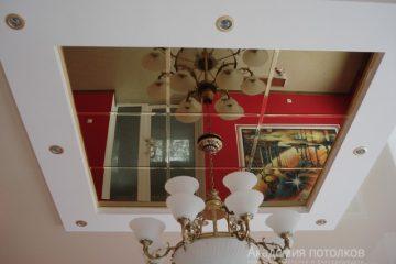 Комбинированный потолок с центральной зеркальной частью и люстрой