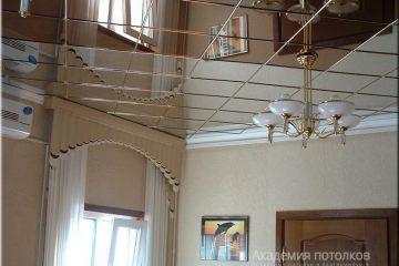 Зеркальный потолок с люстрой в комнате