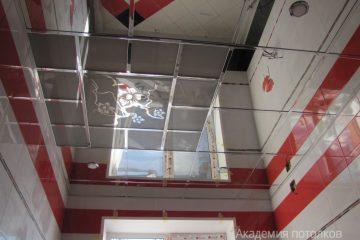 Комбинированный потолок, зеркальный с матовым стеклом и декором