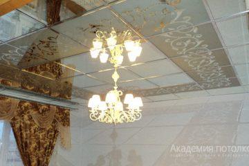 Зеркальный потолок с декором и люстрой