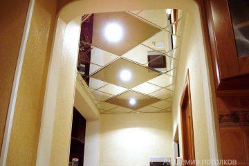 Зеркальный потолок с золотыми зеркальными вставками и светильниками
