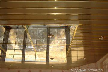 Зеркальный реечный потолок золотого цвета со светильниками