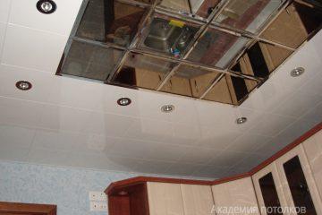 Белый реечный потолок с зеркальной центральной частью на кухне