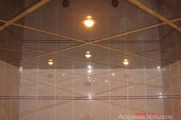 Зеркальный потолок с золотистыми вставками