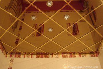 Зеркальный потолок с серебряными вставками и светильниками по центру