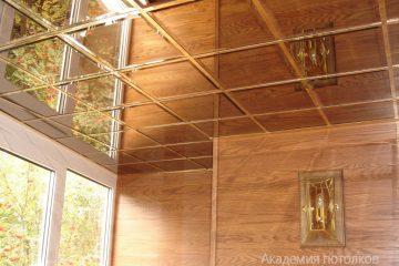 Зеркальный потолок с серебряными широкими вставками в зале