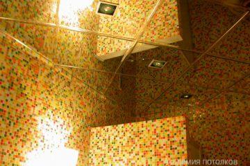 Зеркальный потолок с серебряными вставками и светильниками