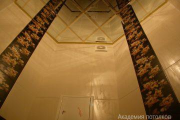 Зеркальный потолок с золотыми вставками в уборной