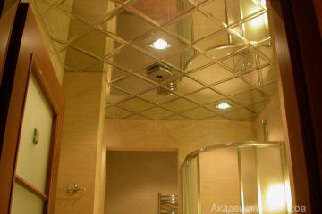 Зеркальный потолок с серебряными вставками двумя светильниками в ванной