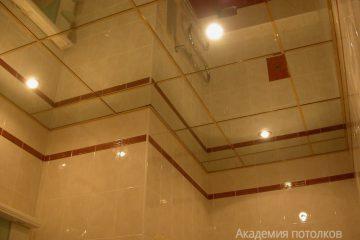 Зеркальный потолок с золотыми вставками и светильниками
