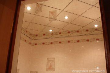 Зеркальный потолок с серебряными вставками и пятью светильниками