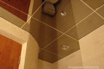 Зеркальный потолок с серебристыми вставками и светильниками в ванной