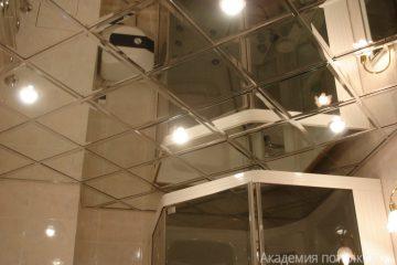 Зеркальный потолок с серебряными вставками в ванной