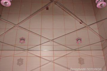 Зеркальный потолок с серебряными вставками и розовыми светильниками в ванной