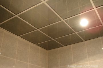 Зеркальный потолок с серыми вставками в ванной