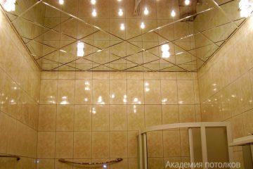 Зеркальный потолок с серебряными вставками, подсветкой посередине и светильниками в ванной