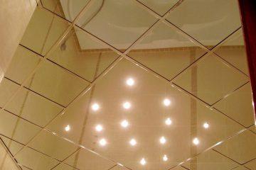 Зеркальный потолок с серебряными вставками и подсветкой посередине в ванной