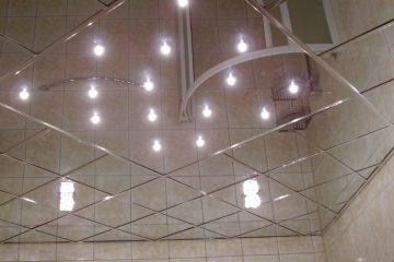 Зеркальный потолок с серебряными вставками и подсветкой посередине