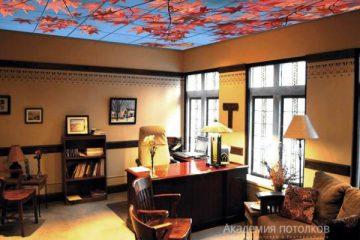 """Потолок с фотопечатью """"Осенние листья"""" в гостиной."""