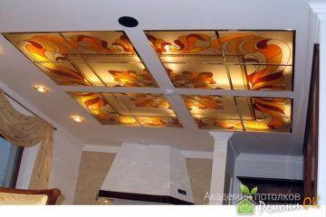 Белый потолок с оригинальной печатью на стекле в гостиной.