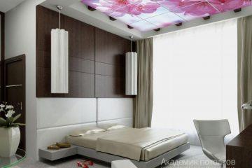 """Потолок с фотопечатью """"Цветущая вишня"""" в спальне."""