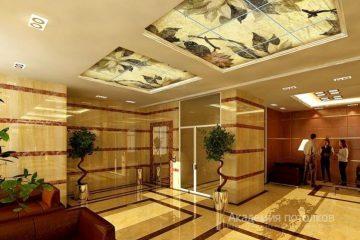Потолок с цветочной фотопечатью в отеле.
