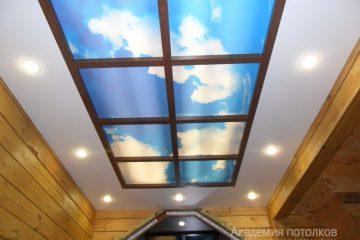 """Потолок с фотопечатью """"Окно в небеса"""" в коттедже."""