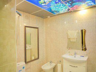 """Бежевый потолок с фотопечатью """"Подводный мир"""" в ванной."""