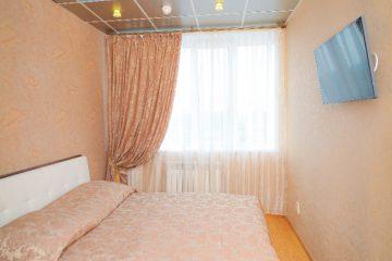 """Бежевый потолок с фотопечатью """"Голубка"""" в спальне."""