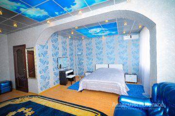 """Потолок с фотопечатью """"Небо"""" в спальне."""