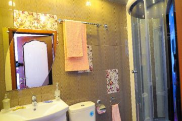 """Потолок с фотопечатью """"Сакура"""" и подсветкой в ванной."""