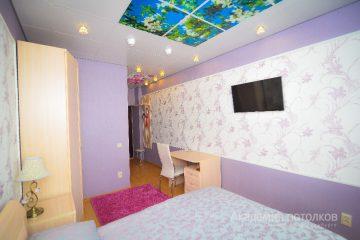"""Потолок с фотопечатью """"Цветущее дерево"""" в спальне."""