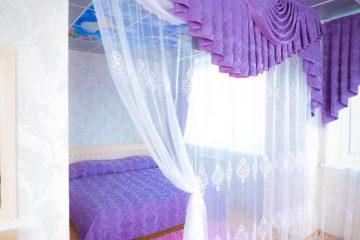 """Потолок фиолетовый с фотопечатью """"Небо"""" в спальне."""