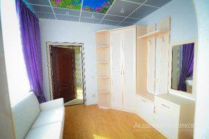"""Серо-голубой потолок с фотопечатью """"Цветы и небо"""" в зале."""