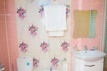 """Потолок с фотопечатью """"Подводный мир"""" в ванной."""