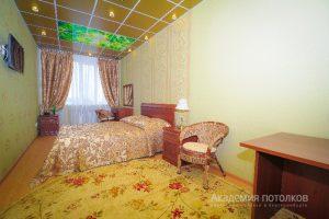 """Потолок коричневый с подсветкой и фотопечатью """"Пальмы"""" в спальне."""
