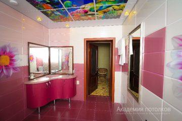 """Потолок с подсветкой по бокам и фотопечатью """"Подводный мир"""" в ванной комнате."""
