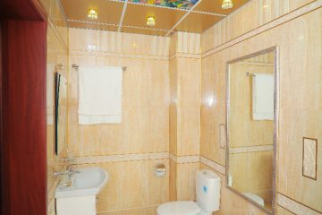 """Потолок коричневый с подсветкой по бокам и фотопечатью """"Подводный мир"""" в ванной комнате."""
