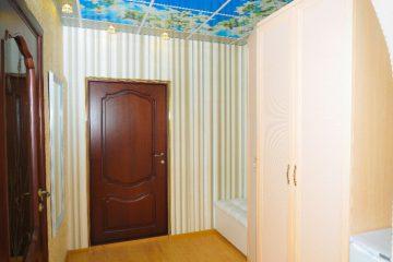 Потолок с подсветкой по бокам и цветочной фотопечатью в коридоре.