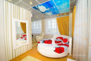 """Потолок с фотопечатью """"Лебединое озеро"""" в спальне."""