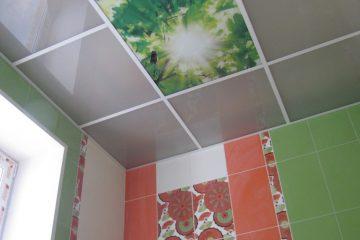 """Потолок серый с белыми вставками и фотопечатью """"Солнце и листья"""" в кухне."""