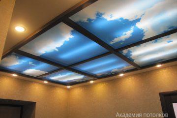 """Потолок с подсветкой по бокам и фотопечатью """"Небо"""" с коричневыми вставками в коридоре."""