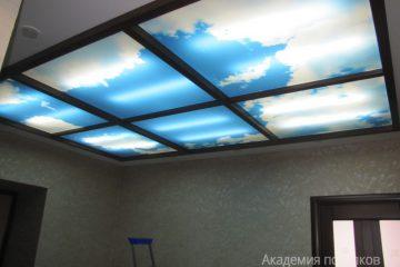 """Потолок с подсветкой по бокам и фотопечатью """"Небо"""" с коричневыми вставками."""