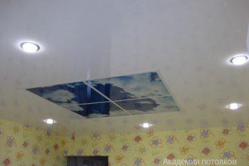 """Белый потолок с фотопечатью """"Небо"""" в детской."""