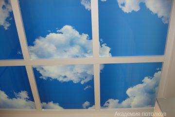 """Потолок с фотопечатью """"Небо"""" и перегородками."""