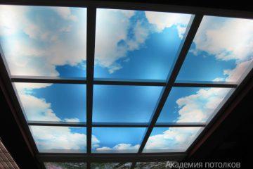 """Потолок с фотопечатью """"Небо"""" и вставками."""