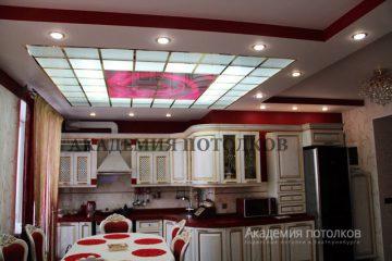 """Потолок матовый в кухне-столовой с фотопечатью """"Роза""""."""