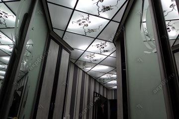 Декоративный потолок с подсветкой в коридоре на черном системе